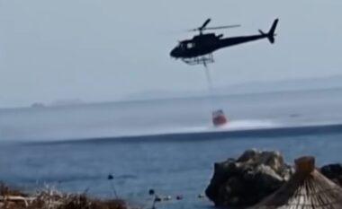 13 vatra zjarri! Helikopteri mbushet me ujë në plazhin e Livadhit për të shuar flakët (FOTO LAJM)