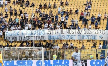 Tifozët e Interit në protestë, tallje gjatë miqësores me 10 euro në dorë duke kujtuar Conten