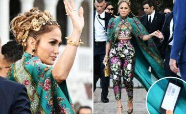 E bëri dhe Jennifer Lopez, këngëtarja harron të heqë etiketën e veshjes në eventin e rëndësishëm (FOTO LAJM)