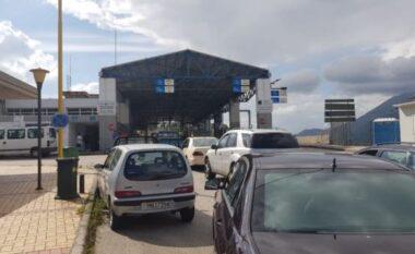 Grekët bllokojnë punën në Kakavijë, radhë e gjatë në të dyja krahët e kufirit