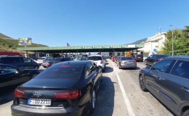 Pushimet mbaruan! Shqiptarët kthehen në vendet e punës, fluks në Kapshticë dhe Qafë-Thanë (VIDEO)