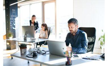 Kush e kërkon më shumë një punë në administratë, gratë apo burrat?