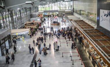 Anulohen disa fluturime në Aeroportin e Prishtinës, qytetari acarohet e godet punonjësin