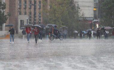 Moti në fundjavë, meteorologia: Bien temperaturat, priten reshje shiu dhe erëra të forta!