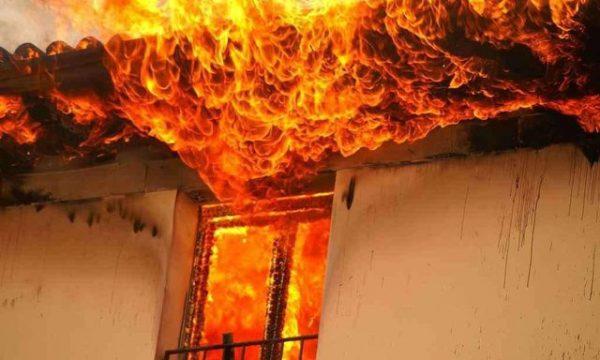 Banorët në alarm duke shuar flakët, shkrumbohet banesa në Vlorë