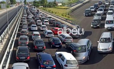 """""""Paralizohet"""" trafiku në aksin Milot-Lezhë, fluksi i turistëve kryesisht nga Kosova krijon radhë të gjata (VIDEO)"""