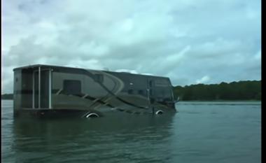 Autobusi ideal në kohëra përmbytjesh (VIDEO)