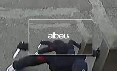 Burri masakron me thikë të renë në mes të ditës (VIDEO)