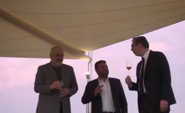 """Vuçiç, Rama dhe Zaev konsumojnë verë dhe muhabet: """"Ballkani i hapur"""" ka të ardhme të ndritur (VIDEO)"""