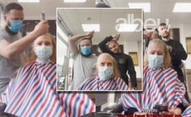 Nuk do t'i mbani dot lotët! Dy berberët shqiptarë në Angli qethin kokën para pacientes me kancer (VIDEO)