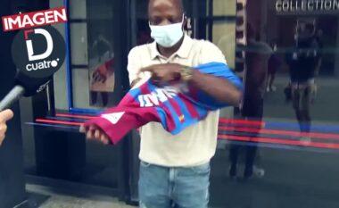 Momente prekëse: Babai i Ansu Fatit blen bluzën djalit të tij dhe qan nga gëzimi (VIDEO)