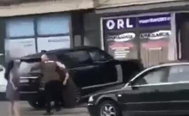 """""""O ku*vë e mu*it"""", vajza rrihet brutalisht në Pejë nga një grua dhe një djalë (VIDEO)"""