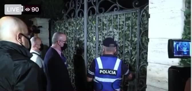 """Momenti kur Policia del """"duarbosh"""" nga shtëpia e Adriatik Llallës (FOTO LAJM)"""