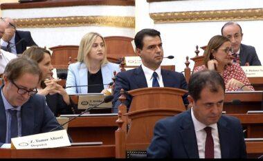 Tension e debate në Kuvend! PD nuk pranon nisjen e seancës: Po shkelni ligjin!