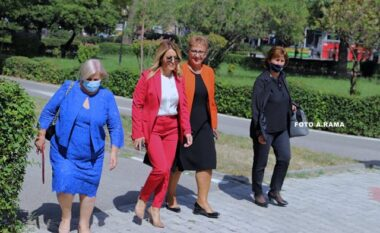 """Kryemadhi """"lë pas"""" zonjat e Kuvendit, befason më veshjen (FOTO LAJM)"""