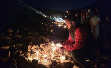 I fundit Muharrem Plaku, qytetarët në Bulqizë ndezin qirinj për 677 minatorët që kanë humbur jetën në galeri kromi