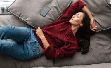 Arsyeja pse nuk duhet të flini me celularin pranë shtratit