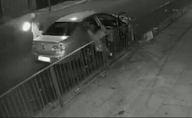 Hedh biçikletën dhe sulmon me breshëri plumbash makinën, agresori i qepet nga pas dy personave (VIDEO)