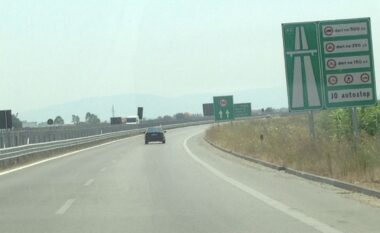 EMRI/ Prishi barrierat e autostradës Levan-Vlorë për të ndërtuar një rrugë dytësore, arrestohet 47-vjeçari