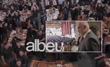 Brohorima, duartrokitje e karrige në duar! Pritja e pazakontë e ushtarëve amerikanë për Ramën (VIDEO)