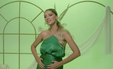 Në mënyrën më origjinale, këngëtarja e njohur shqiptare konfirmon zërat se është shtatzënë (VIDEO)