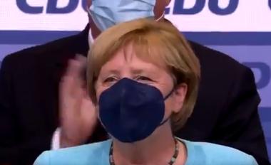 E fshehur pas maskës, Merkel jep lamtumirën mes lotësh (VIDEO)