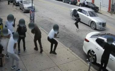 Momenti kur një person nxjerr automatikun nga makina dhe qëllon pa mëshirë drejt njerëzve në trotuar (VIDEO)