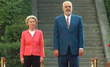 Von Der Leyen mbërrin në Tiranë, pritet nga Rama në ceremoni zyrtare (FOTO LAJM)
