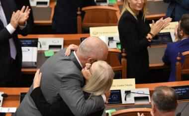 Rama dhe Balla përqafojnë Nikollën për t'i dhënë bekimin pas zgjedhjes në krye të Kuvendit (FOTO LAJM)