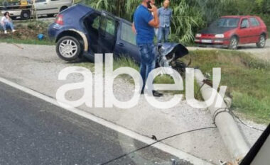 Aksident në aksin Lezhë-Shkodër, makina përplaset me shtyllën elektrike (FOTO LAJM)