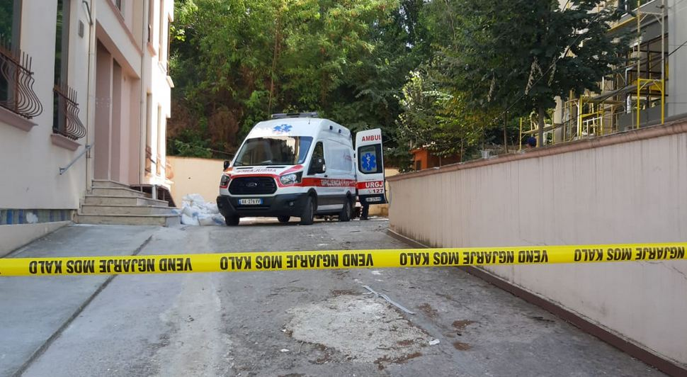 Bien nga lartësia, humbin jetën dy persona në Tiranë