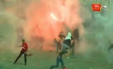 Arbitri nuk dha penalltinë, tifozët tentojnë të futen në fushë (VIDEO)