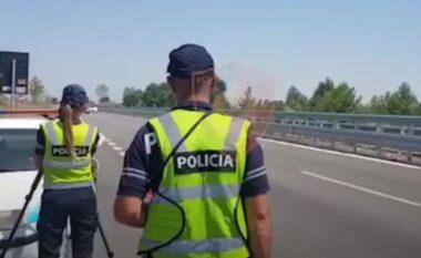 """""""Fluturonte"""" me 194 km/h, Policia e Lezhës ja nxjerr nga hundët shoferit! Kush tjetër e pësoi (VIDEO)"""