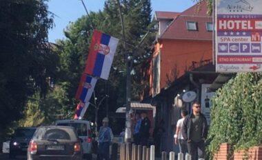 """Flamujt serb """"pushtojnë"""" veriun e Mitrovicës"""