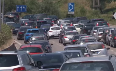 Dita e parë e shkollës, trafik i rënduar në Tiranë