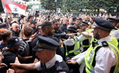Dhunë në Angli, plasin protestat kundër vaksinimit të detyrueshëm të adoleshentëve (FOTO LAJM)