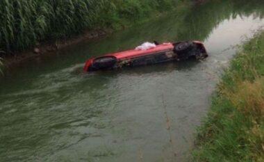 Mjeti del nga rruga dhe bie në kanal, humb jetën shoferi në Divjakë