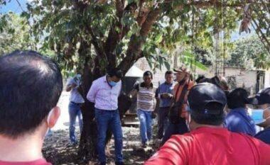 Gënjeu në publik, banorët e Ιidhin në pemë kryetarin e Bashkisë