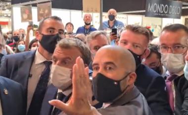 Pas shuplakës, presidenti i Francës sulmohet me vezë (VIDEO)