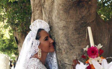 """Për t'i shpëtuar nga prerja, 70 gra """"martohen"""" me pemë (FOTO LAJM)"""
