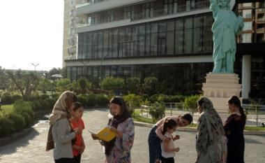 NYT, mbi afganet në Shqipëri: Thonë se janë refugjatë luksozë, shkojnë në plazh e shohin gra gjysmë të zhveshura