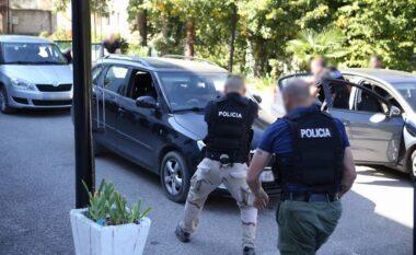 Me tre emigrantë të paligjshëm në makinë e pa patentë, prangoset durrsaku në Korçë
