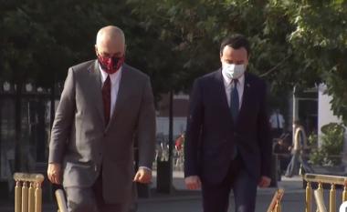 Rama mbërrin në Kosovë, pritet me ceremoni shtetërore nga Kurti (VIDEO)
