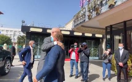 Kryeministri Rama përqafon Behgjet Pacollin në nisje të takimit (VIDEO)