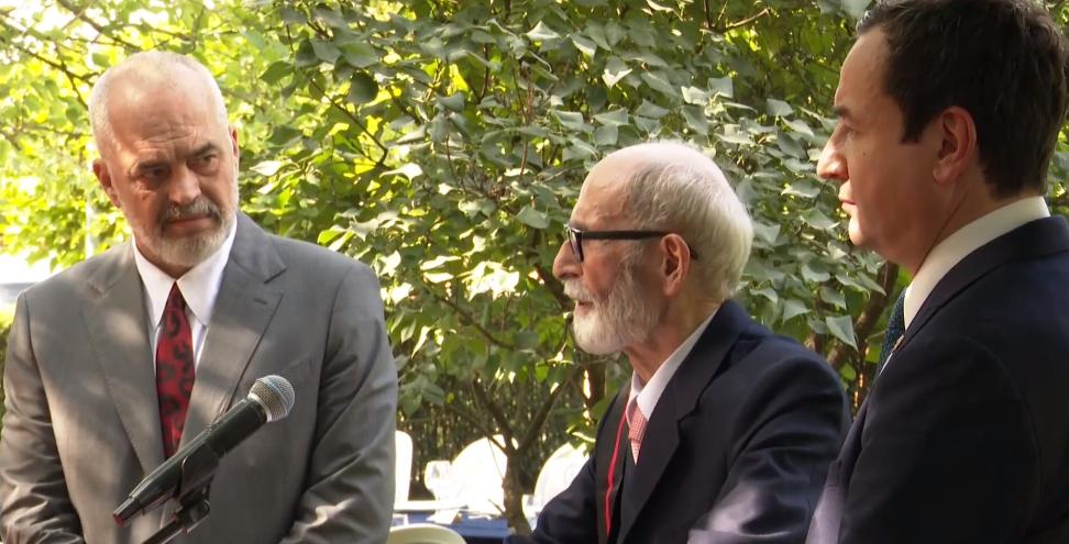 Rama nderon akademikun Rexhep Qosja me medalje: Zotni burrë, mësimi që mora prej tij