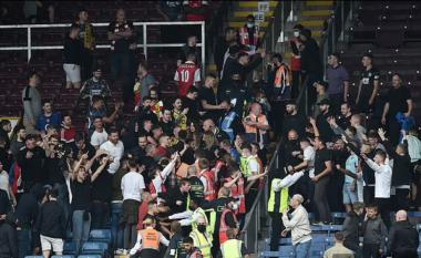 Skena të shëmtuara në Premier League, tifozët e Burnley dhe Arsenal përleshen me njëri-tjetrin (VIDEO)