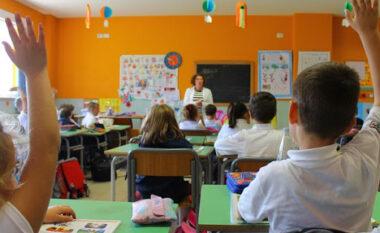 """Numri i nxënësve bie """"pikiatë"""" brenda vitit, tkurrje 2% në shkollat 9-vjeçare"""