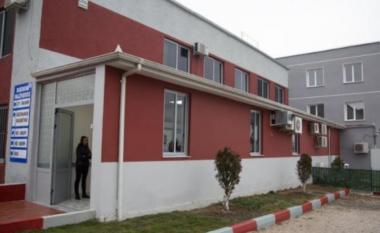 Pronari mbylli portën: Turisti tenton të ngjitet nga muri për të hyrë në hotel, përfundon në spital