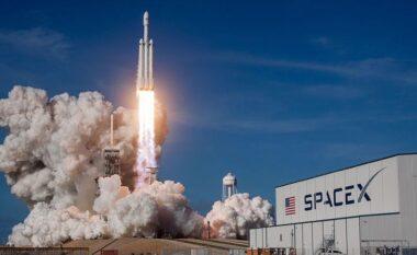 """Për herë të parë në 60 vite, fluturimi i parë privat në hapësirë nga """"SpaceX"""""""