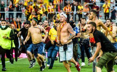 """""""Çmenden"""" tifozët e Lens, tentojnë ta kthejnë stadiumin në arenë boksi: I sulen atyre të Lille(VIDEO)"""